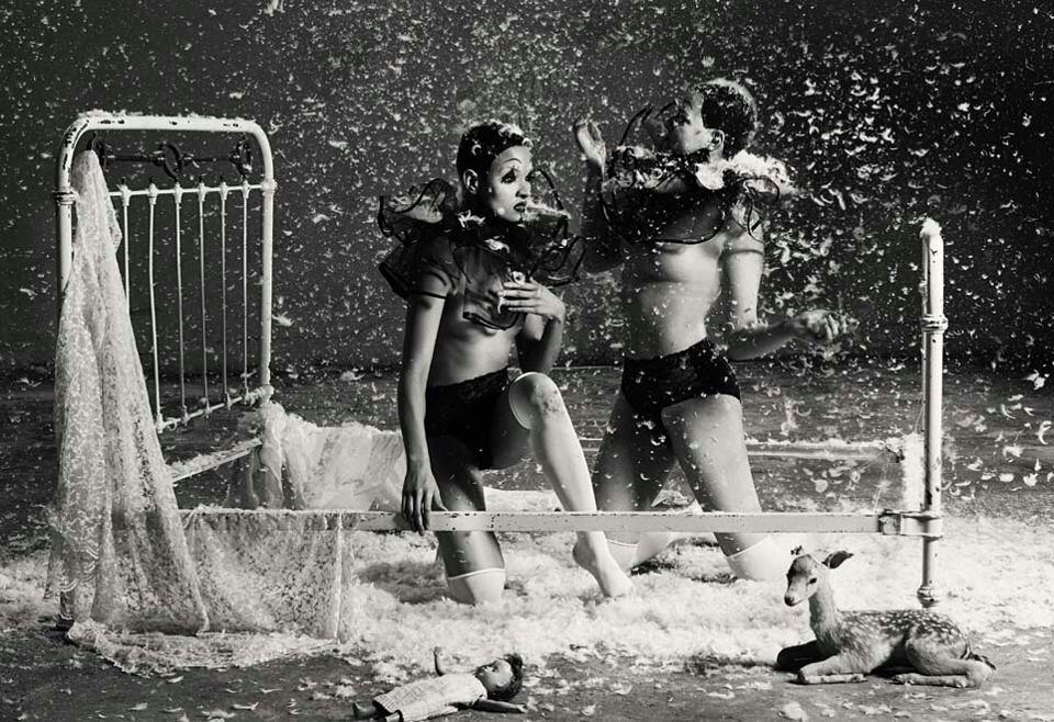 girls feather-war